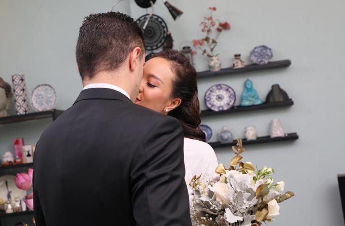 Đôi uyên ương trao nhau nụ hôn ngọt ngào.