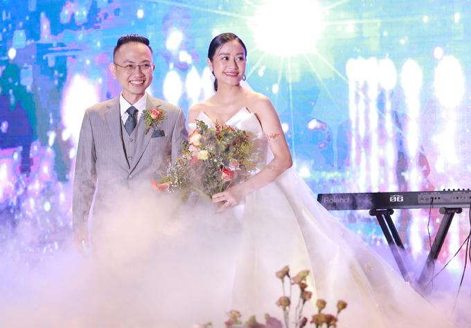 Vốn là người kín tiếng trong chuyện tình cảm nên khi Phí Linh thông báo kết hôn, nhiều đồng nghiệp và khán giả của cô rất bất ngờ. Ông xãHoàng Linh của cô đang công tác tại Đài truyền hình Việt Nam.