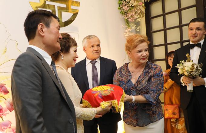 Mẹ chồng Phương Mai trao tín vật cho bà thông gia trước sự chứng kiến của đông đủ gia đình, bạn bè hai bên.