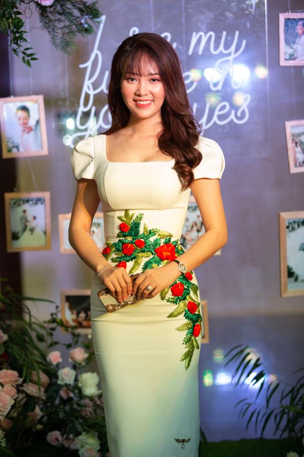 Á hậu Thuỵ Vân diện váy bó sát với hoạ tiết hoa thêu tỉ mỉ ở phần eo.