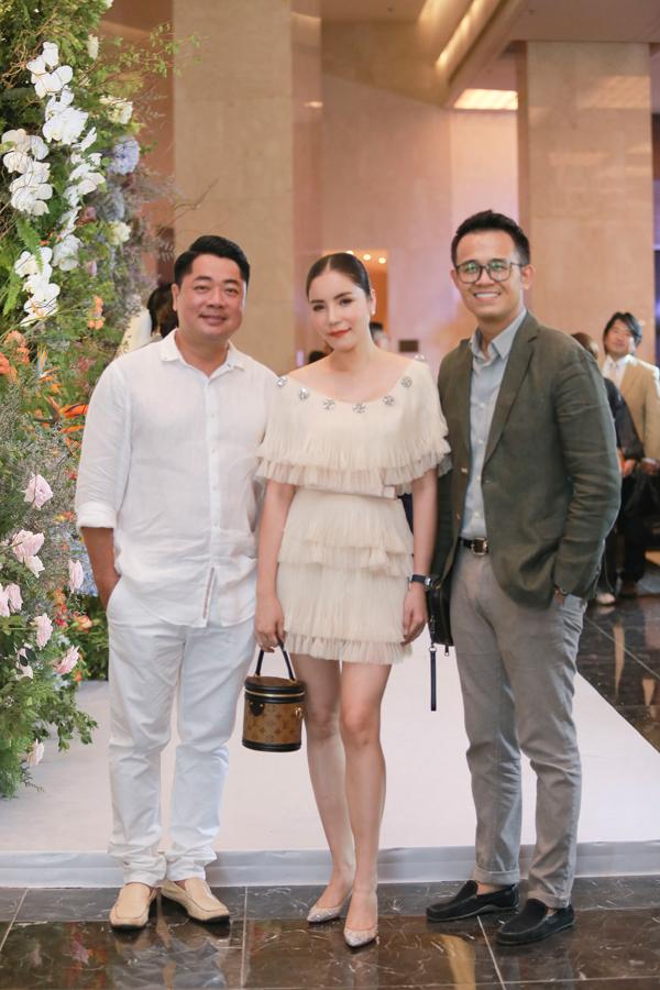 Vợ chồng ca sĩ Kiwi Ngô Mai Trang bay từ Sài Gòn ra dự tiệc. Cả hai vui vẻ hội ngộ MC Đức Bảo.
