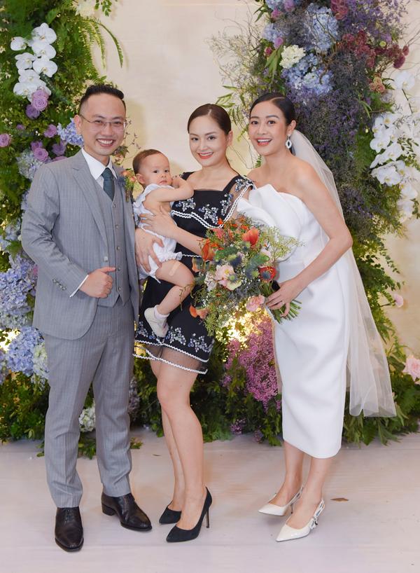 Hôn lễ của MC Phí Linh và ông xã Hoàng Linh diễn ra vào tối qua (14/6) tại một khách sạn cao cấp. Tiệc cưới có khoảng 800 vị khách, trong đó rất nhiều sao Việt đã đến chúc phúc cho cô dâu, chú rể. Diễn viên Lan Phương một mình bế con gái đi ăn cưới.