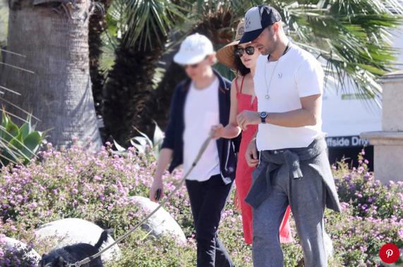 Dakota và Chris Martin đi dạo gần nhà nam ca sĩ hồi tháng 4.