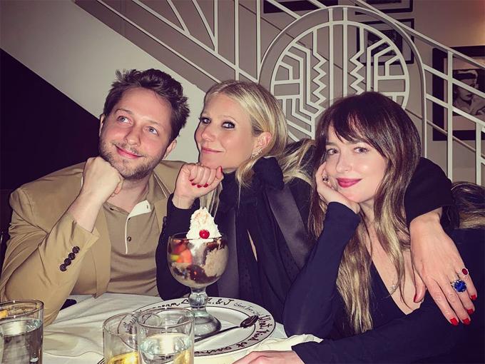 Dakota thân thiết với vợ cũ của Chris Martin trong bữa tiệc mừng phần cuối Avengers.