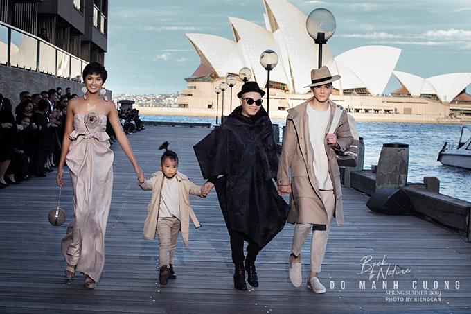 Đỗ Mạnh Cường nắm tay con trai Nhím, catwalk cùng HHen Niê và nam người mẫu Lê Xuân Tiền để chào khán giả, khép lại buổi biểu diễn giới thiệu bộ sưu tập mới tại Australia.