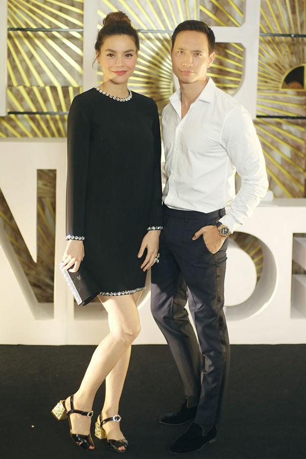 Nếu bạn trai Kim Lý mặc sơ mi, quần âu lịch lãm, Hà Hồ lại chọn set váy đen đơn giản nhưng mix phụ kiện hàng hiệu đắt tiền trong event nội thất Italy vào tối qua (14/6) tại Hà Nội. Cả hai luôn quấn quýt như đôi sam trong mỗi lần xuất hiện cùng nhau tại các sự kiện showbiz.