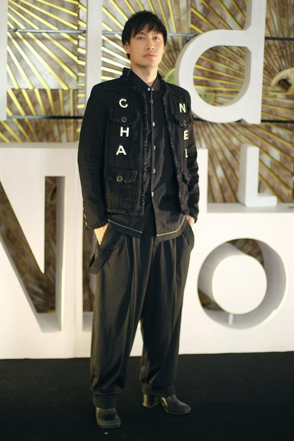 NTK Lý Quí Khánh mặc set đồ đen cá tính cùng giày độn gót.