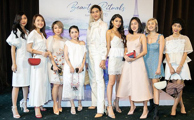 Người mẫu lưỡng tính Mid Nguyễn cao nổi trội bên các beauty blogger dự sự kiện trưa 14/6.