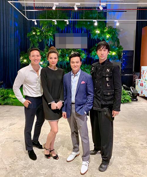 Hồ Ngọc Hà - Kim Lý pose hình cùng ca sĩ Quang Vinh khi đến chúc mừng NTK Lý Quí Khánh khai trương khu nội thất cao cấp tại Hà Nội.