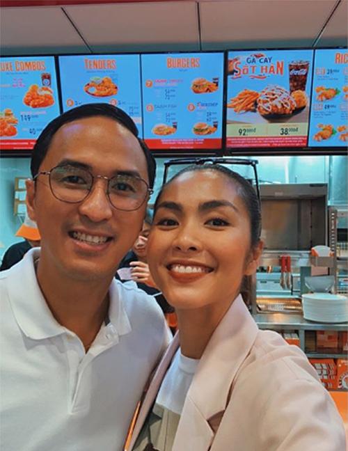 Tăng Thanh Hà khoe ảnh selfie của hai vợ chồng và chúc ông xã phát tài khi tiếp tục mở thêm cửa hàng ăn mới.