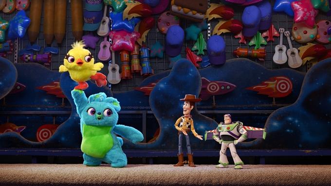 Vịt Ducky và thỏ nhồi bông Bunny (trái) là hai nhân vật mới của phim.