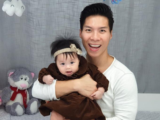 Nghệ sĩ xiếc Quốc Nghiệp khoe con gái Tâm An hiện khoảng 6 tháng. Cô bé sở hữu gương mặt xinh xắn, đôi mắt to tròn.
