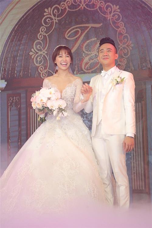 Trong đám cưới với Trấn Thành, Hari Won diện thiết kế đính rentinh xảo, có cổ chữ V xẻ ngực sâu, mang phom dáng xòe bồng nhẹ nhàng.Bộ đầm được kết từ 10.000 viên pha lê lấp lánh, làm trên nền chất liệu voan và ren. Chung Thanh Phong và ekip đã hoàn thiện mẫu váy trong vòng một tháng liên tục.