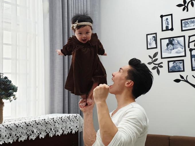 Quốc Nghiệp biểu diễn xiếc cùng con gái. Bé Tâm An gây bất ngờ khi có thể đứng vững trên tay của bố, gương mặt tỏ vẻ thích thú.