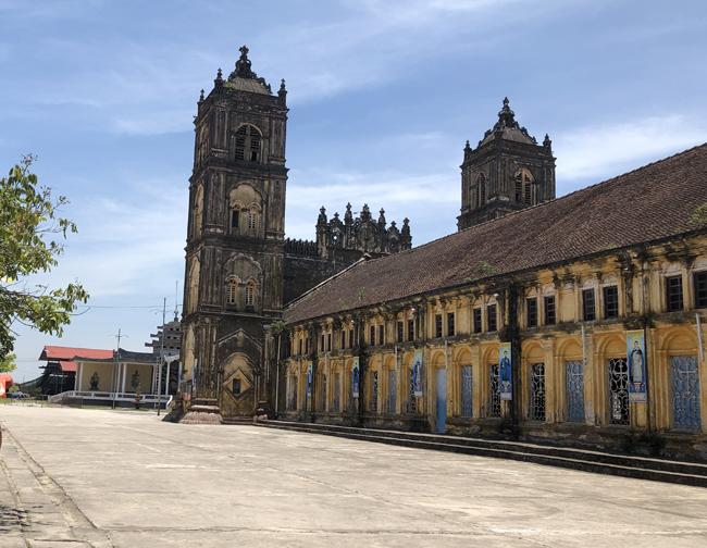 Nhà thờ chính tòa Bùi Chu được giám mục người Tây Ban Nha Wenceslao Onate Thuận chủ trì xây dựng vào năm 1884. Trải qua hơn 100 năm, công trình đã qua hai lần trùng tu vào năm 1974 và 2000. Tuy nhiên, nhà thờ vẫn bị xuống cấp nặng nề khiến các giáo dân lo lắng.