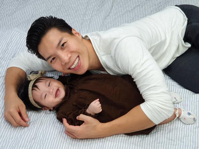 Nét đáng yêu của bé Tâm An khi chụp ảnh cùng bố.