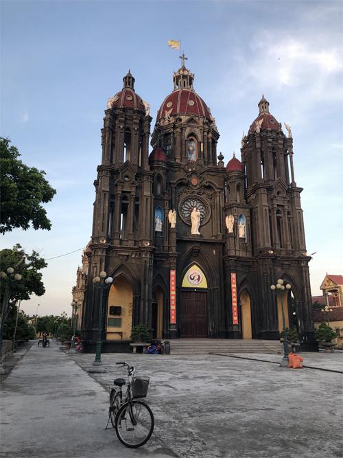 Do các nhà thờ ở khá gần nhau, bạn có thể thuê xe đạp hoặc xe máy để khám phá các nhà thờ trong vùng. Một công trình nhà thờ với màu sơn khác biệt ở làng Phạm Pháo.