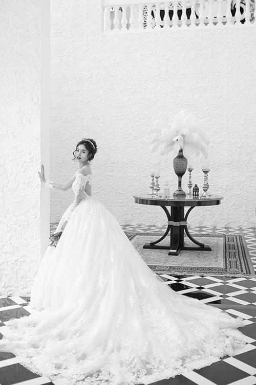 Đầm mang phom dáng xòe phồnggiúp Lan Ngọc như công chúa bước ra từ chuyện cổ tích.