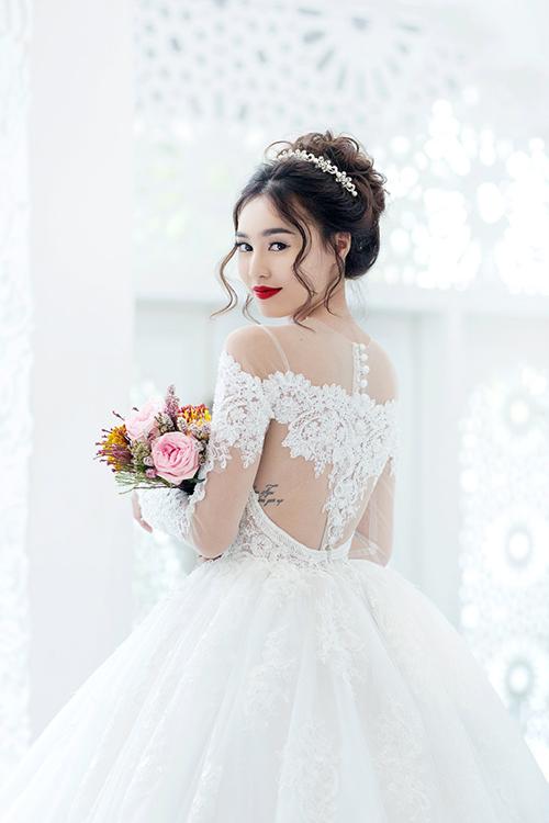 Mặt lưng váy cũng được chú trọng, giúp chiếc váy cưới trở thành một tác phẩm nghệ thuật, níu giữ ánh nhìn của khách mời tại tiệc cưới.