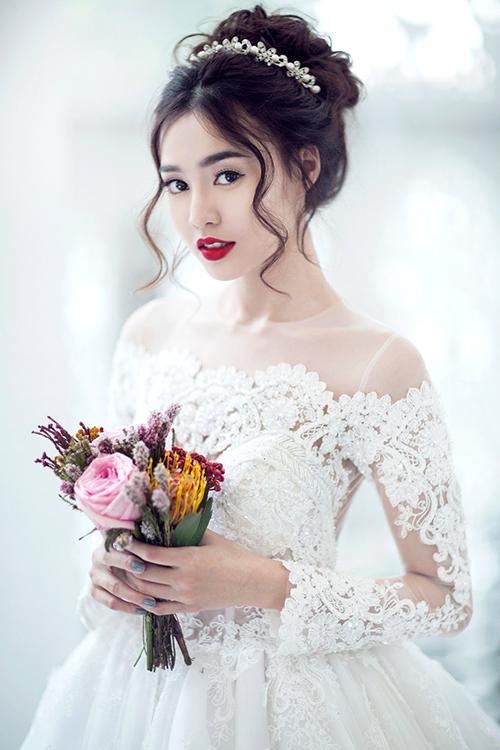 Ninh Dương Lan Ngọc từng diện thiết kế váy cưới lấy cảm hứng từ đầm cưới của các công nương, công chúa hoàng gia châu Âu. Mẫu đầm áp dụng xu hướng cổ illusion.