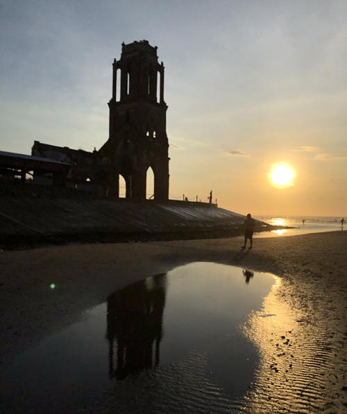 Nhà thờ đổ Hải Lý dù không còn nguyên vẹn nhưng thu hút rất đông du khách vào ban ngày. Nếu tới đây vào buổi sớm mai, bạn sẽ cảm nhận được không gian bình yên giữa những tia nắng ban mai và làn gió mát từ biển thổi vào.
