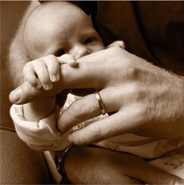 Bé Archie nắm lấy một ngón tay của bố Harry trong bức ảnh vừa được chia sẻ hôm nay. Ảnh: Instagram.