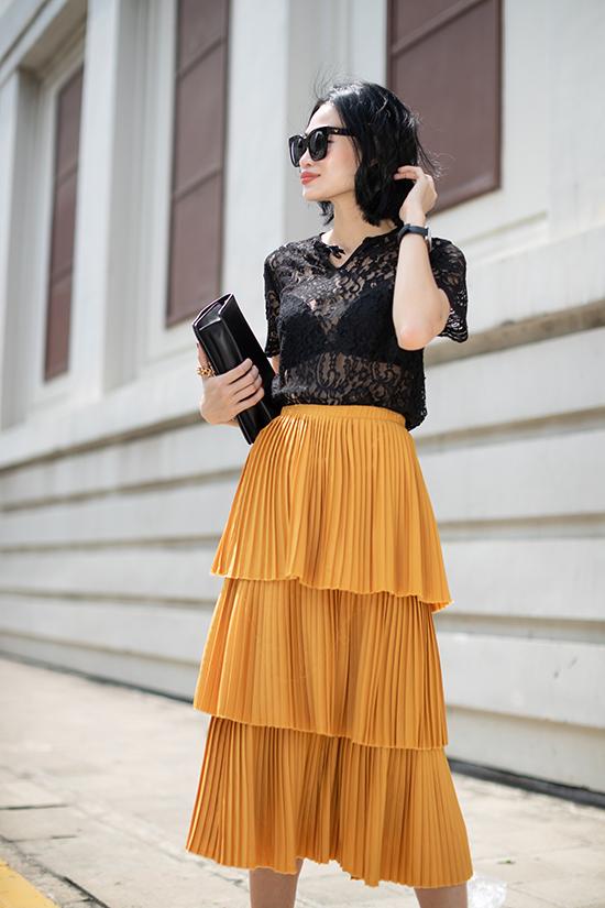 Kết hợp cùng chân váy xếp tầng xinh xắn là thiết kế áo ren đen xuyên thấu. Với set đồ này, các nàng nên chọn kiểu bra to bản, hài hòa cùng kiểu dáng của mẫu áo sexy để chưng diện khi xuống phố.
