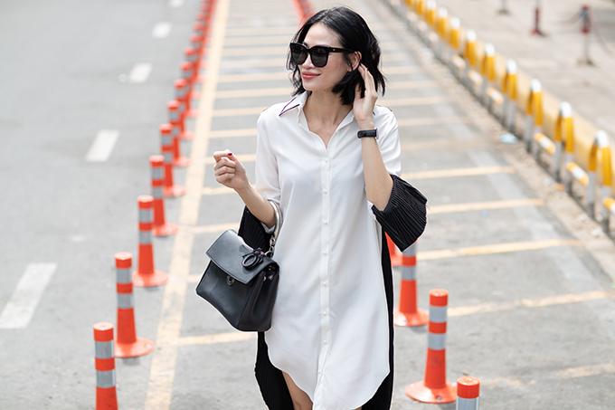 Trong các thiết kế dành cho mùa hè, Thanh Trúc Trương không dừng lại ở việc tạo dựng phom váy suông, chân váy rời mà còn thể hiện sự phá cách với các kiểu váy sơ mi.