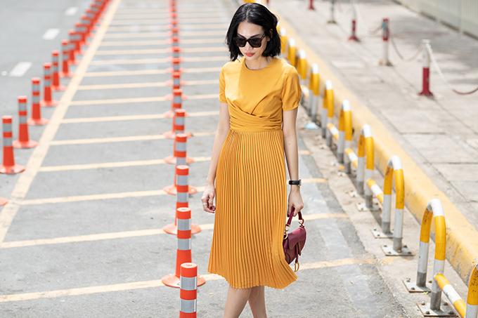 Kỹ thuật xoắn vải cũng được nhà mốt Việt áp dụng nhằm tạo nên đường nét phong phú cho các dáng váy liền thân quen thuộc.