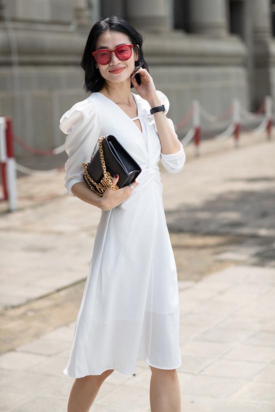 Váy vai bồng điệu đà và nữ tính vừa có thể diện đi làm, đi dự tiệc nhẹ hay hẹn hò cà phê cùng bạn bè.