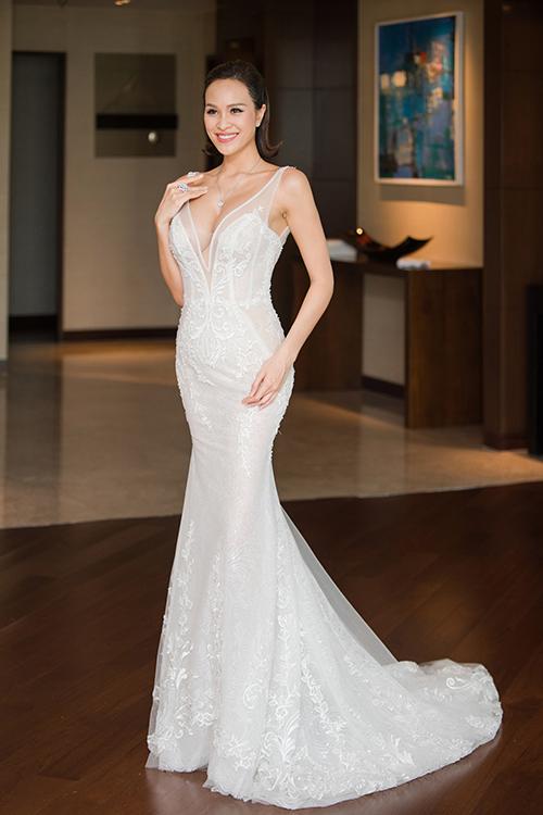 Từng chi tiết trên thân váy đều được tính toán chỉn chu kỹ lưỡng để ôm trọn đường cong với số đo 3 vòng lý tưởng của Phương Mai. Đuôi váy cũng không quá dài giúp cô dâu không cảm thấy vướng víu khi di chuyển.