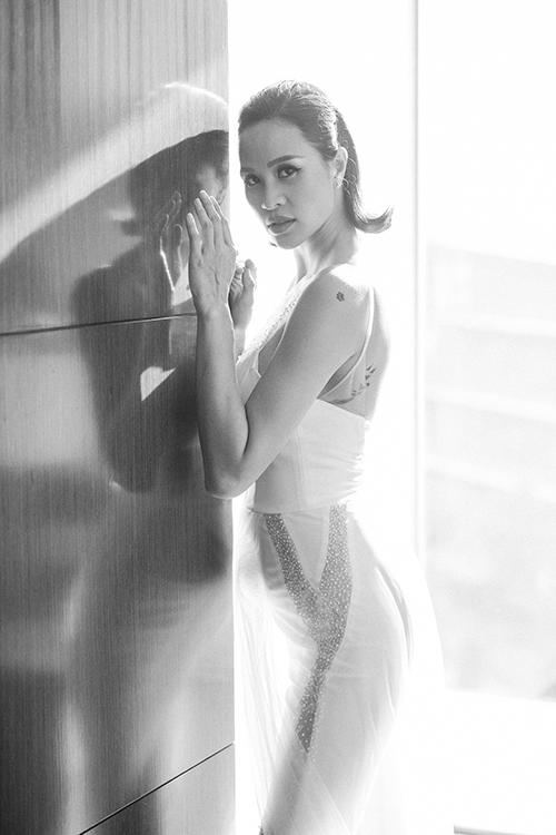 Phom dáng jumpsuit nhìn có vẻ đơn giản nhưng đòi hỏi NTK sự am tường về thời trang để dựng được trang phục có sự đứng dáng, tôn ưu điểm số đo của cô dâu. Chất liệu chính của thiết kế này là vải satin Pháp với ren tơ siêu mỏng, thường được sử dụng trong dòng thiết kế cao cấp từ những thương hiệu quốc tế.