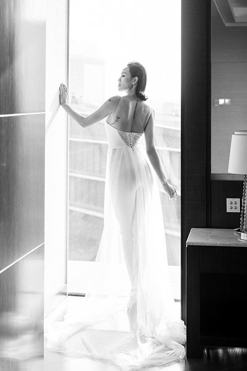 Mặt sau của jumpsuit cưới có phần cúc cài và khoảng hở rộng ở lưng giúp cô dâu khoe khéo sự gợi cảm.