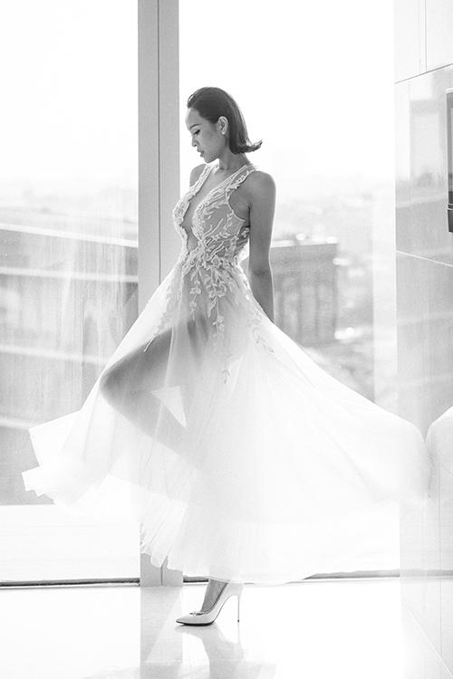 Họa tiết hoa dây leo trải dài xuống thân dưới tạo nên vẻ đẹp nhẹ nhàng cho cô dâu.