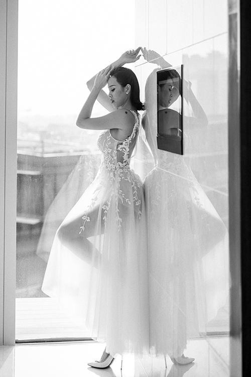 Váy có dạng mullet, vạt trước ngắn, vạt sau dài theo xu hướng váy cưới hiện đại.