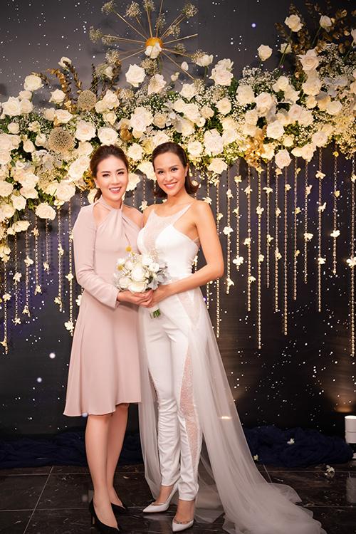 Tối 15/6, Phương Mai và hôn phu Marcin Miller đã tổ chức đám cưới ở Hà Nội. Trong phần mở màn của tiệc cưới, NTK Lek Chi - bạn thân thiết của Phương Mai đã chọn lựa cho cô dâu thiết kế jumpsuit trắng cá tính.