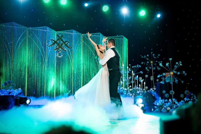 Trong tiệc cưới, Phương Mai và chồng Tây cùng đắm đuối trong điệu nhảy Rumba. Cả hai đã dành khoảng 2 tháng để tập nhảy dưới sự hướng dẫn của Daniel – Quán quân Bước nhảy hoàn vũ và cũng là người bạn thân 6 năm qua của cô dâu.