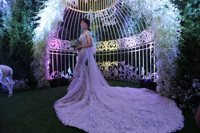 Hari Won còn diện một đầm đuôi cá đính ren để đón khách. Chiếc váy có nơ to bản kéo dài tạo nên vẻ lộng lẫy cho cô dâu.