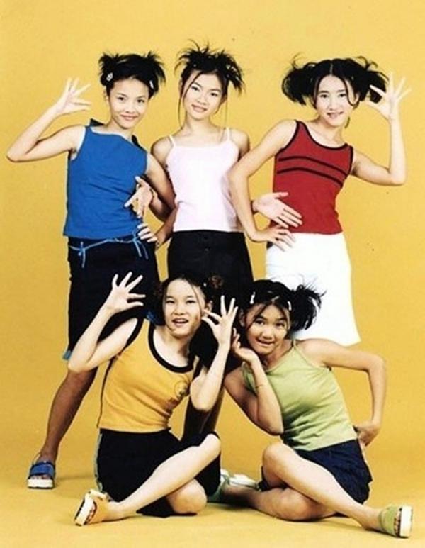 Mây Trắng ra mắt khán giả vào năm 2000 với năm thành viên: Anh Thúy, Ngọc Châu, Thu Thủy, Yến Trang, Thu Ngọc.