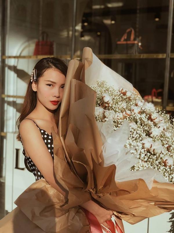 Hiện Yến Trang hoạt động ca hát và quản lý thương hiệu thời trang riêng. Nữ ca sĩ sống kín tiếng, không chia sẻ chuyện tình cảm với công chúng.