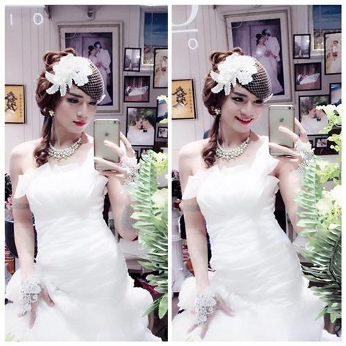 Một dịp khác, BB Trần diện váy cưới được xếp lớp tầng bậc mang phom dáng ôm và có chi tiết lệch vai.