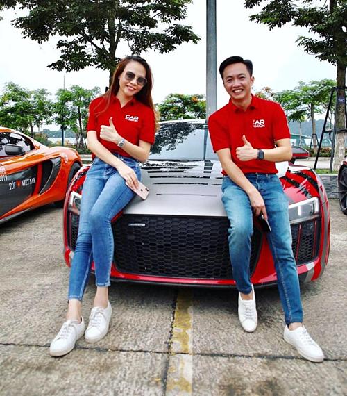 Cường Đôla và vợ sắp cưới Đàm Thu Trang pose hình bên siêu xe của mình khi tham gia Car Passion 2019. Cả hai đang có mặt tại Hạ Long.