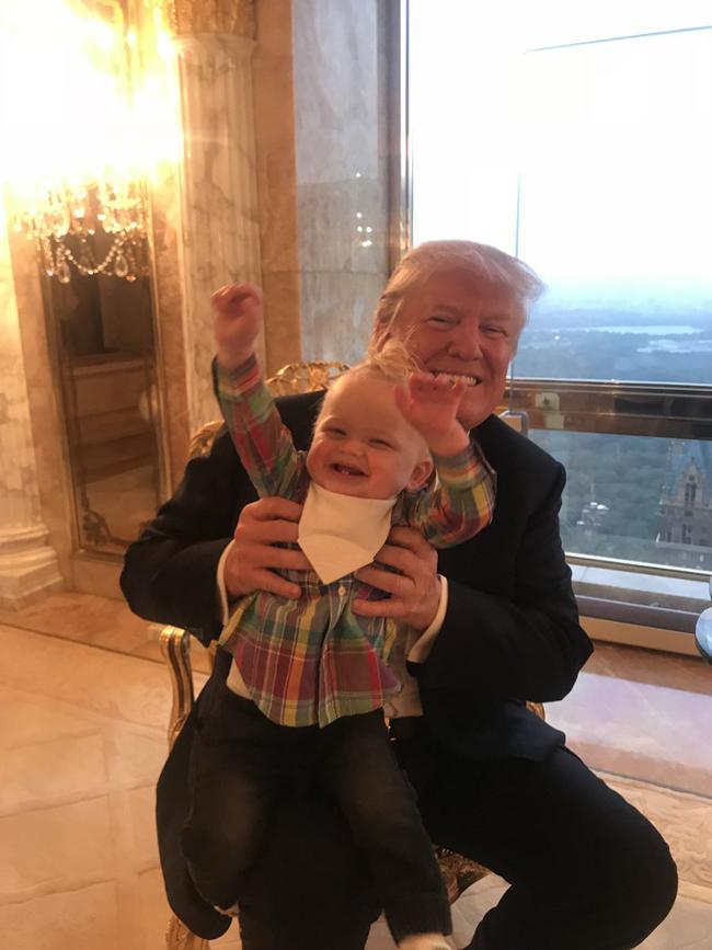 Ông Trump chơi đùa cùng cháu nội.