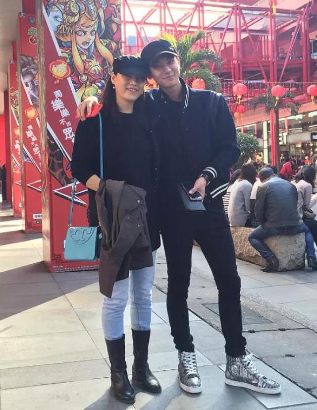 Hai mẹ con thành viên EXO rất hợp nhau, mẹ Hoàng Tử Thao thường đồng hành cùng con trong nhiều sự kiện lớn, nhỏ. Khi được hỏi là Cậu giống ai, Tử Thao nói ngay lập tức: Giống mẹ. Năm 2015, Tử Thao từng phát hành đĩa đơn chủ đề Mom dành tặng mẹ, để bày tỏ tình cảm với người anh yêu thương nhất trên đời.