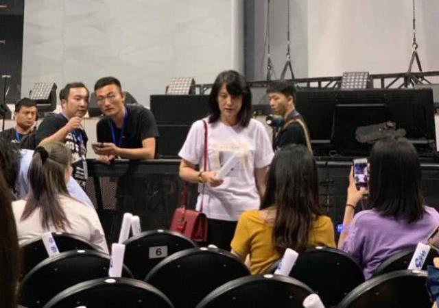 Hoàng Tử Thao tổ chức hòa nhạc tại Thượng Hải, mẹ anh cũng xuất hiện tại sự kiện này để ủng hộ con trai. Ngay sau khi hình ảnh của bà xuất hiện trên Weibo, nhiều người trầm trồ vì mẹ anh quá trẻ. Cụm từ Mẹ Hoàng Tử Thao cũng trở thành từ khóa tìm kiếm hot search trên mạng xã hội.