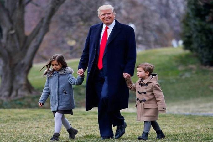 Tổng thống Mỹ dắt tay 2 cháu ngoại trong khuôn viên Nhà Trắng.