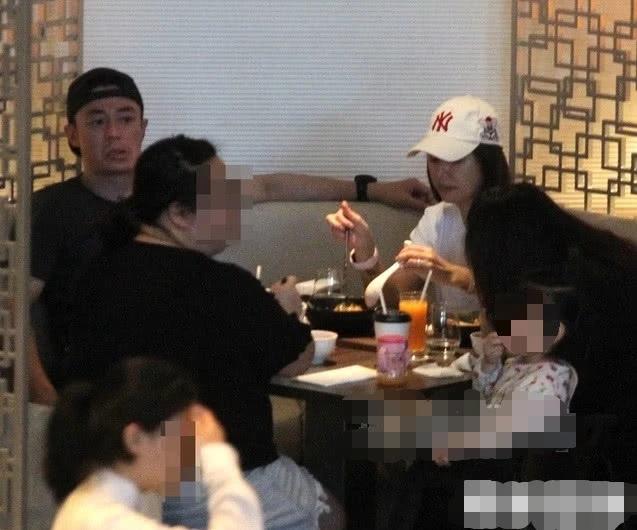 Chiều 16/6, vợ chồng Lâm Tâm Như - Hoắc Kiến Hoa tới một tiệm ăn ở Đài Bắc để tụ tập bạn bè. Đây là lần hiếm hoi cặp đôi cùng con gái Cá Heo Nhỏ cùng nhau lộ diện. Cặp sao nổi tiếng kết hôn đã được gần 3 năm, con gái được 2 tuổi.