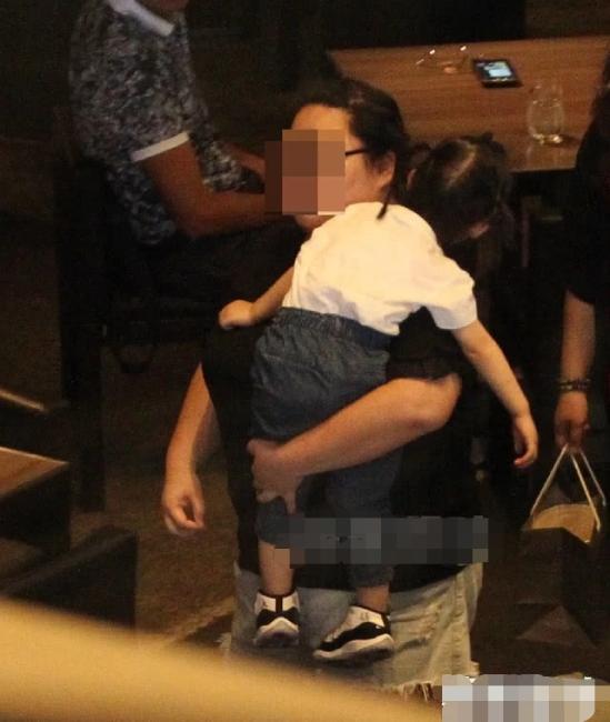 Vợ chồng Lâm Tâm Như tiết lộ, họ thường thay phiên nhau ở nhà với con gái, người này đi đóng phim, người kia sẽ sắp xếp thời gian ở bên con. Nhờ vậy, bé gái lúc nào cũng được cha mẹ để mắt, chăm sóc chu đáo.