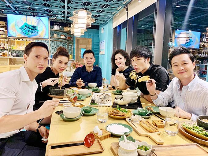 Hồ Ngọc Hà,  Kim Lý tụ tập ăn uống cùng ca sĩQuang Vinh, NTK Lý Quí Khánh.