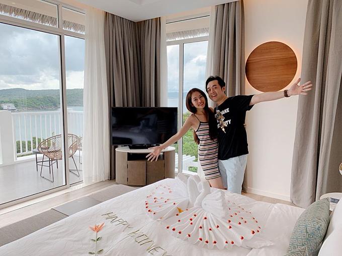 Sau những ngày nghỉ dưỡng ở Đà Nẵng, vợ chồng nhạc sĩ Dương Khắc Linh - Sara Lưu tiếp tục tận hưởng khoảng thời gian hạnh phúc sau cưới tại đảo Ngọc Phú Quốc.